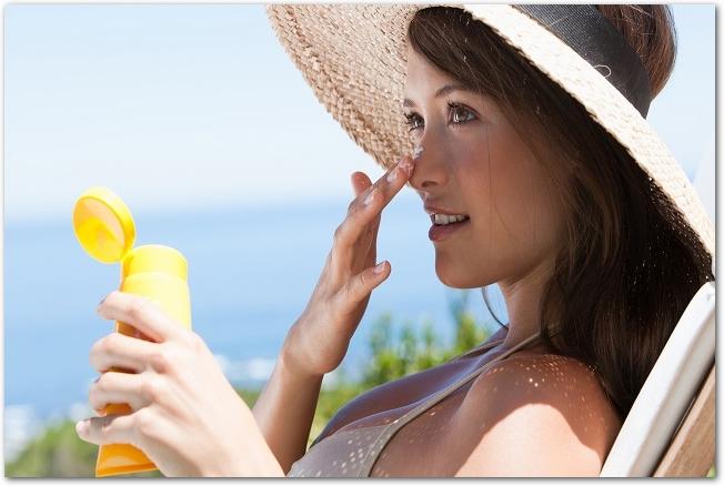 woman-applying-sunscreen